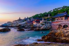 Świątynia i wschód słońca w Busan mieście w Południowym Korea fotografia stock