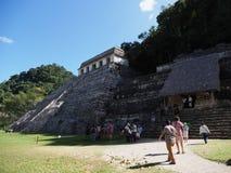 Świątynia inskrypcje ostrosłup i turyści przy antycznym majskim parkiem narodowym Palenque miasto przy Chiapas stanem, Meksyk zdjęcie stock