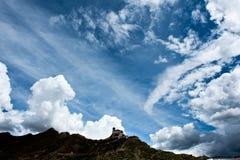 Świątynia na góra wierzchołku z niebem i chmurą obraz royalty free
