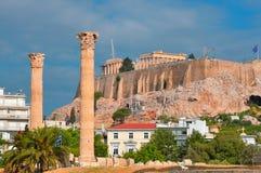 Świątynia Olimpijski Zeus i akropol z Parthenon Obrazy Stock