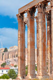 Świątynia Olimpijski Zeus i akropol z Parthenon Zdjęcie Royalty Free