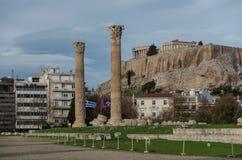 Świątynia Olimpijski Zeus i akropolu wzgórze, Ateny, zdjęcia stock