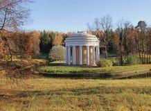 Świątynia przyjaźń jesień przy Pavlovsk miastem Obrazy Royalty Free
