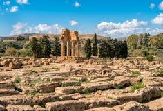 Świątynia Rycynowy i Pollux, lokalizować w parku dolina świątynie w Agrigento, Sicily obraz stock