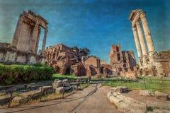Świątynia Vespasian kolumny lokalizować w Romańskim forum Obrazy Stock