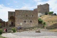 Świątynia z arkadą przy stopą Konsularny kasztel (XIII wiek) grodowy konsula fortifiaction forteca grodowy Sudak Zdjęcia Stock