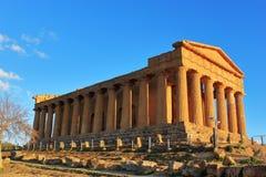 Świątynia zgoda w dolinie świątynie w promieniach wiosny słońce w Agrigento na wyspie Sicily Podr?? W?ochy zdjęcia royalty free