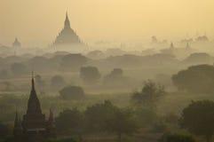 Świątynie Bagan w wczesnym poranku. Myanmar (Birma). Zdjęcie Royalty Free