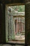 Świątynna kolumnada obramiająca dwa kamiennymi drzwiami fotografia royalty free