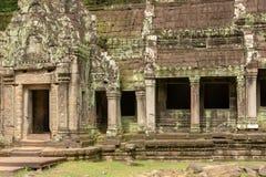 Świątynna kolumnada zakrywająca z liszajem drzwi obraz royalty free