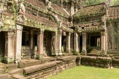 Świątynna kolumnada zakrywająca z liszajem gazonem zdjęcie royalty free