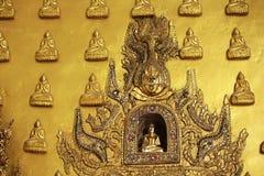 Świątynne ściany dekorują z złotym Buddha obrazy stock