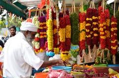 Świątynne kwiaciarnie przygotowywają kwiaty i girlandy dla sprzedaży Zdjęcia Stock