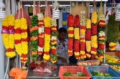 Świątynne kwiaciarnie przygotowywają kwiaty i girlandy dla sprzedaży Obrazy Royalty Free