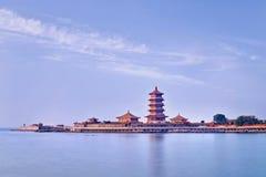 Świątynny kompleks na półwysepie z pagodą, Penglai, Chiny obrazy royalty free
