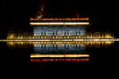 Świątynny odbicie na rzece obrazy stock