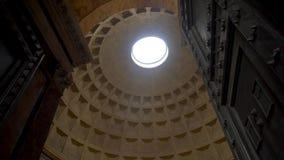 Świątynny salowy wnętrze z kopuły round okno i jaskrawym lekkim omijaniem przez go, architektury pojęcie zapas zbiory