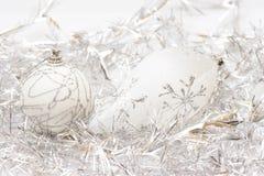 Święta baubles białego osrebrzają wianek Fotografia Royalty Free