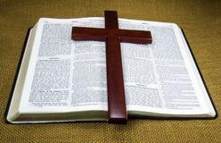 Święta Biblia i krzyż Fotografia Royalty Free