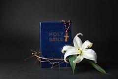 Święta biblia, korona ciernie i Wielkanocna biała leluja, obraz stock