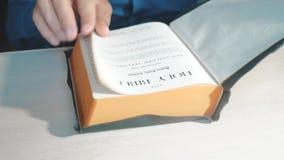 Święta biblia Obsługuje kaznodziei ono modli się bóg odpoczywa na biblii zwolnionego tempa wideo z jego rękami Mężczyzna czyta ks zdjęcie wideo