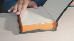 Święta biblia Obsługuje kaznodziei ono modli się bóg odpoczywa na biblii zwolnionego tempa wideo z jego rękami Mężczyzna czyta ks zbiory wideo