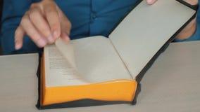 Święta biblia Obsługuje kaznodziei ono modli się bóg odpoczywa na biblii zwolnionego tempa wideo z jego rękami Mężczyzna czyta ks zbiory