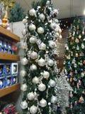 Święta dekorują odznaczenie domowych świeżych pomysłów Skład od świerczyny rozgałęzia się z srebnymi piłkami zdjęcia royalty free
