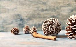 Święta dekorują odznaczenie domowych świeżych pomysłów Święta tła blisko czerwony czasu zdjęcia stock