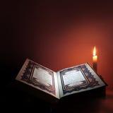 Święta księga islam z świeczki światłem Zdjęcia Royalty Free