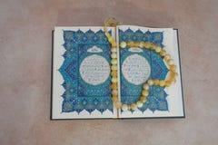 Święta księga koran i różaniec Arabski powitanie pisać prośby modlitwa Obrazy Royalty Free