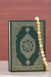 Święta księga koran i różaniec Językowi arabskiemu piszą nazwanym Koranie - przekład - Zdjęcie Stock