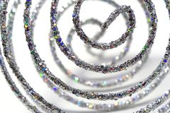 Święta ornamentują błyszczącą spiralę srebra. Obrazy Royalty Free