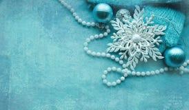 Święta są ozdoby przestrzeni Elegancki Szczęśliwy nowego roku tło Bożenarodzeniowy skład z neclace, zabawki, przędza Fotografia Royalty Free