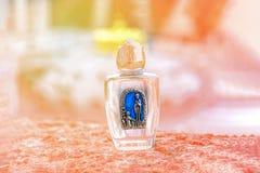 Święta woda w małej butelce sunlight Cudu pojęcie Lourdes, Francja obrazy stock