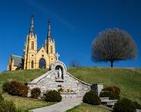 Świętego Andrew kościół katolicki, maryja dziewica pomnik i drzewo, zdjęcie royalty free
