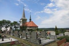 Świętego Bartholomew cmentarz w Bilavsko i kościół, republika czech Zdjęcie Stock