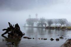 Świętego Bartholomew kościół przesłaniający w zimy mgle Fotografia Royalty Free
