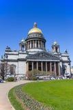 Świętego Isaac katedra pod niebieskim niebem, St Petersburg Obrazy Stock