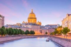 Świętego Isaac katedra przez Moyka rzekę w St Petersburg zdjęcie stock
