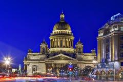 Świętego Isaac katedry St Petersburg przy nocą, podczas Bożenarodzeniowych wakacji Obraz Stock