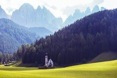 Świętego Johann kościół przy dolomitów alps zdjęcie royalty free