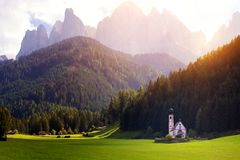 Świętego Johann kościół przy dolomitów alps fotografia stock
