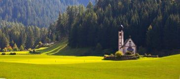 Świętego Johann kościół przy dolomitów alps zdjęcia royalty free
