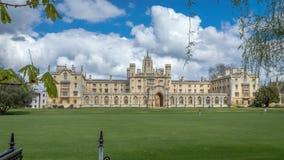 Świętego John szkoła wyższa na jaskrawym słonecznym dniu z łatami chmury nad niebieskim niebem, Cambridge zdjęcie stock