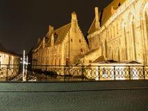 Świętego John szpital i woda kanał w Bruges obok obraz royalty free