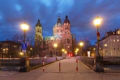 Świętego Lucas kościół przy nocą w Monachium, Niemcy Obrazy Stock