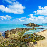 Świętego Malo fortu obywatel i skały, niski przypływ. Brittany, Francja. Fotografia Stock