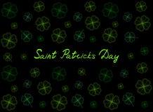 Świętego Patrick ` s dnia kartka z pozdrowieniami z szmaragd oferty koniczyną opuszcza na czarnym tle i tekst Inskrypcja - święte Obrazy Royalty Free