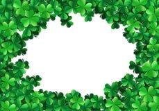 Świętego Patricks dnia tło z rozpylającymi zielonymi koniczyn shamrocks lub liśćmi royalty ilustracja